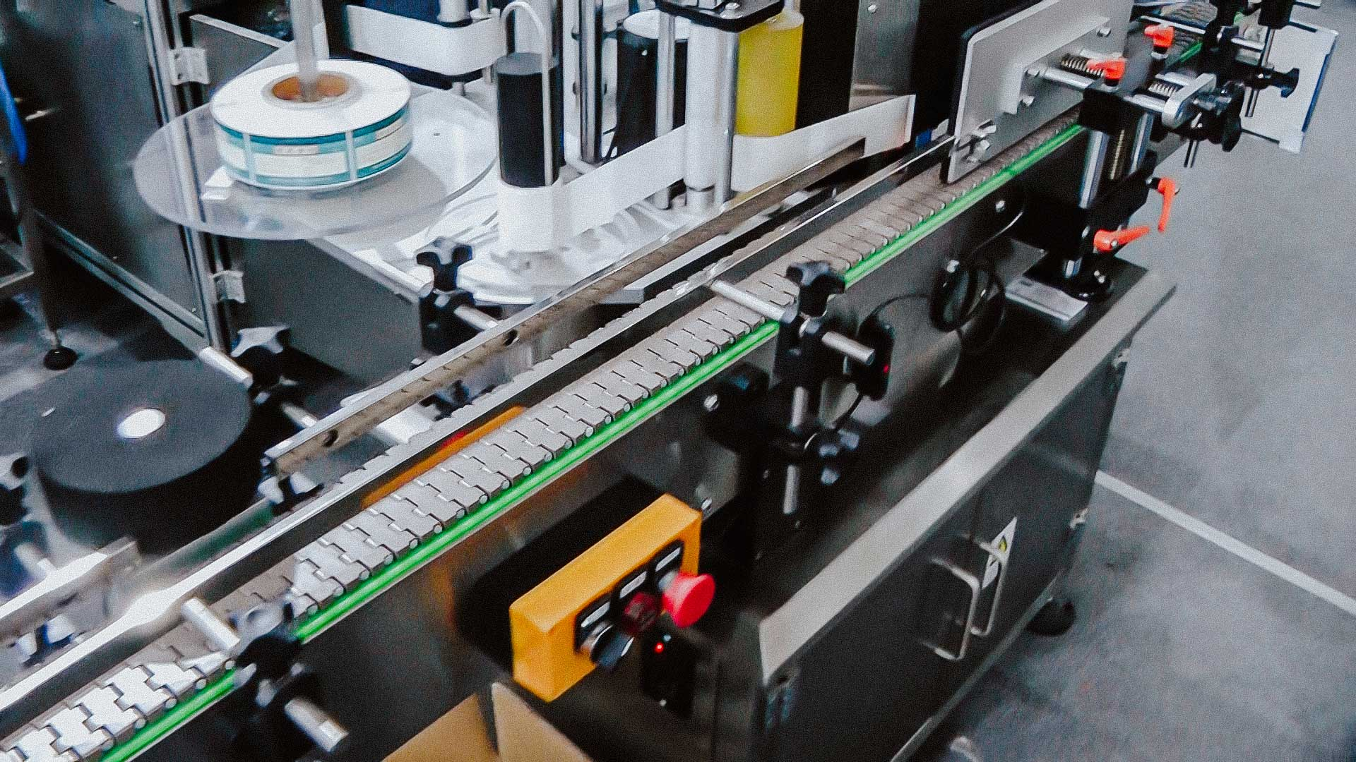 Filling and capping line for glass bottles with screw caps for liquids