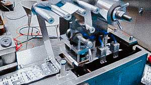 Automatic blistering machine for filling oval tablets into aluminum blisters