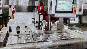 Automatic blistering machine for packing solid gelatin capsules in alu alu blister