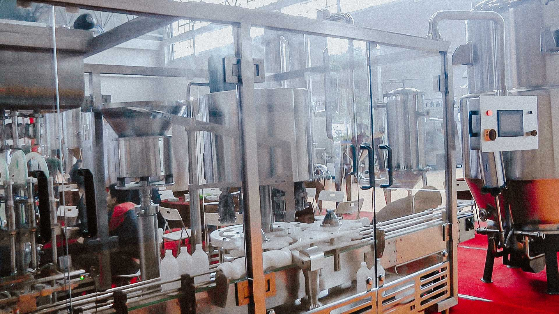 Automatic bottling machine for large plastic bottles and screw cap closure