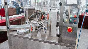 Automatic capping machine for high unstable bottles and screw caps