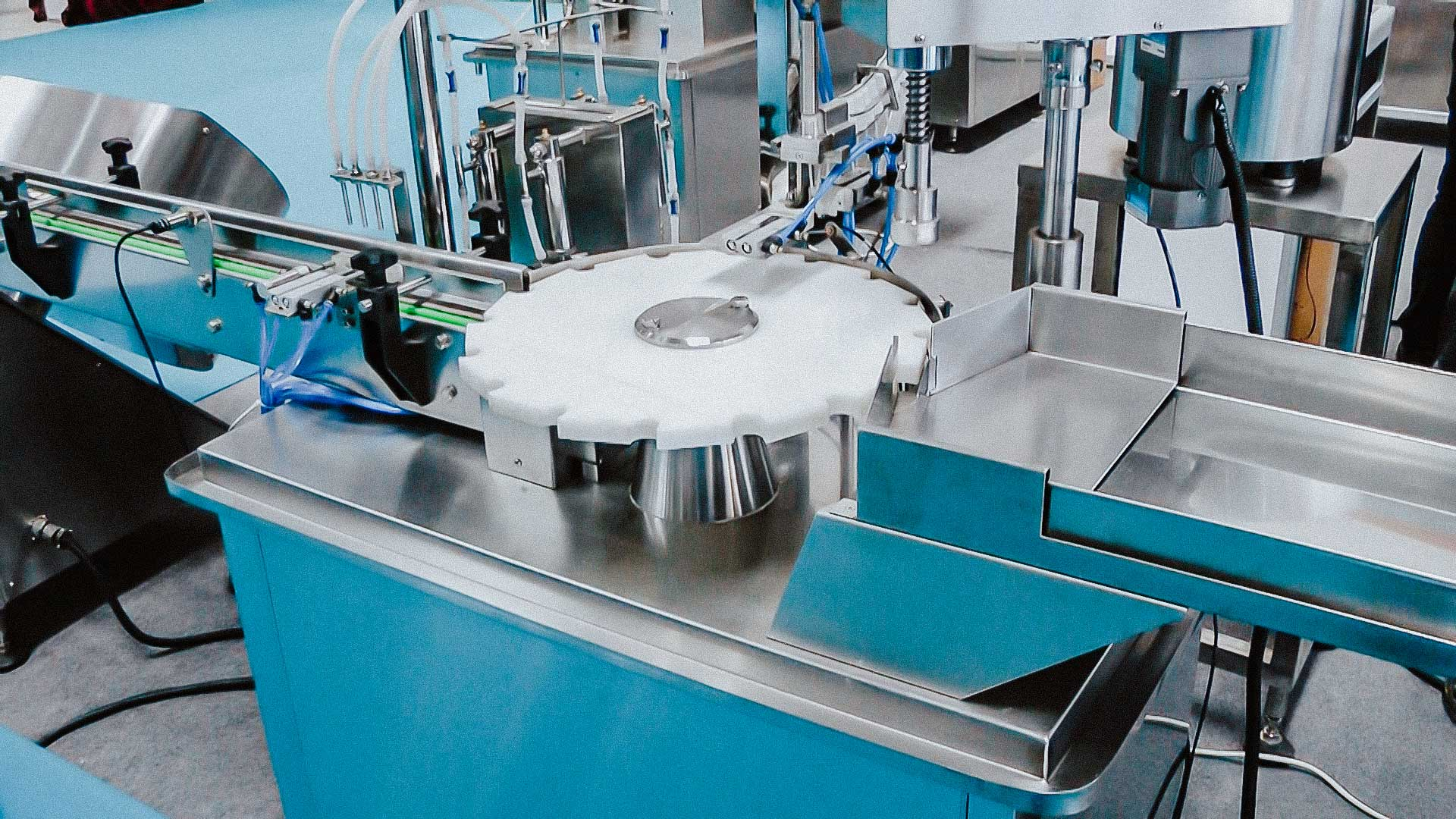 Automatic equipment for bottling and capping spray plastic bottles