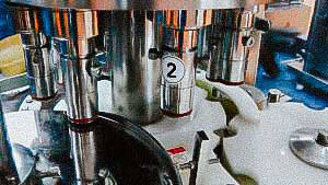 Automatic equipment for filling liquid products in a plastic syringe