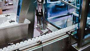 Automatic equipment for filling of tablets in plastic bottles with screwing caps