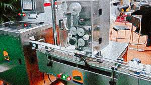 Automatic equipment for packing silica gel bags in plastic bottles with gelatin capsules