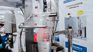 Automatic equipment for packing tea in nylon pyramids with thread and label