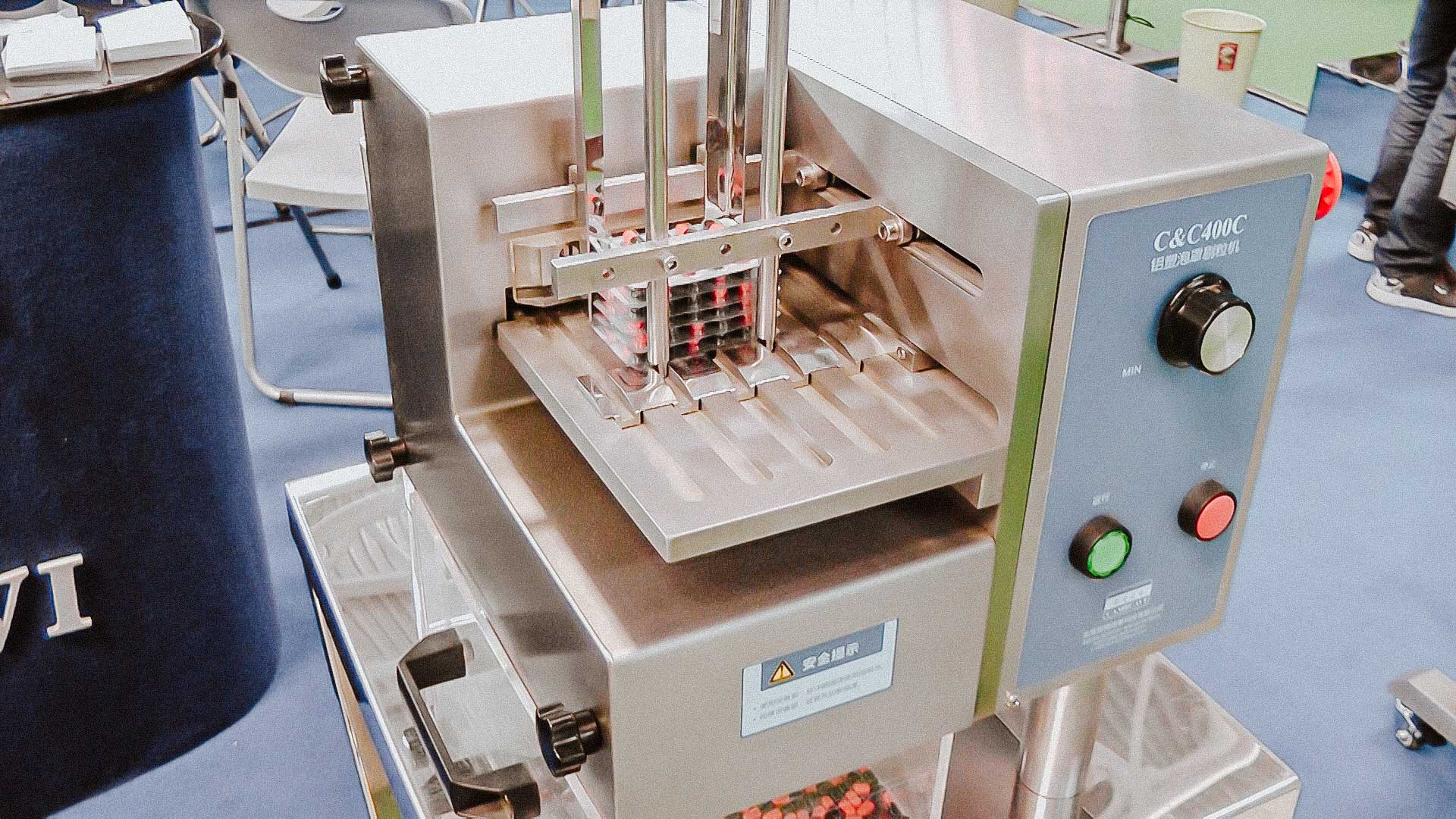 Automatic equipment for removing and cleaning gelatin capsules from the blister