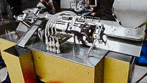 Automatic filling and closing line for penicillin bottles, rubber stoppers and aluminum caps