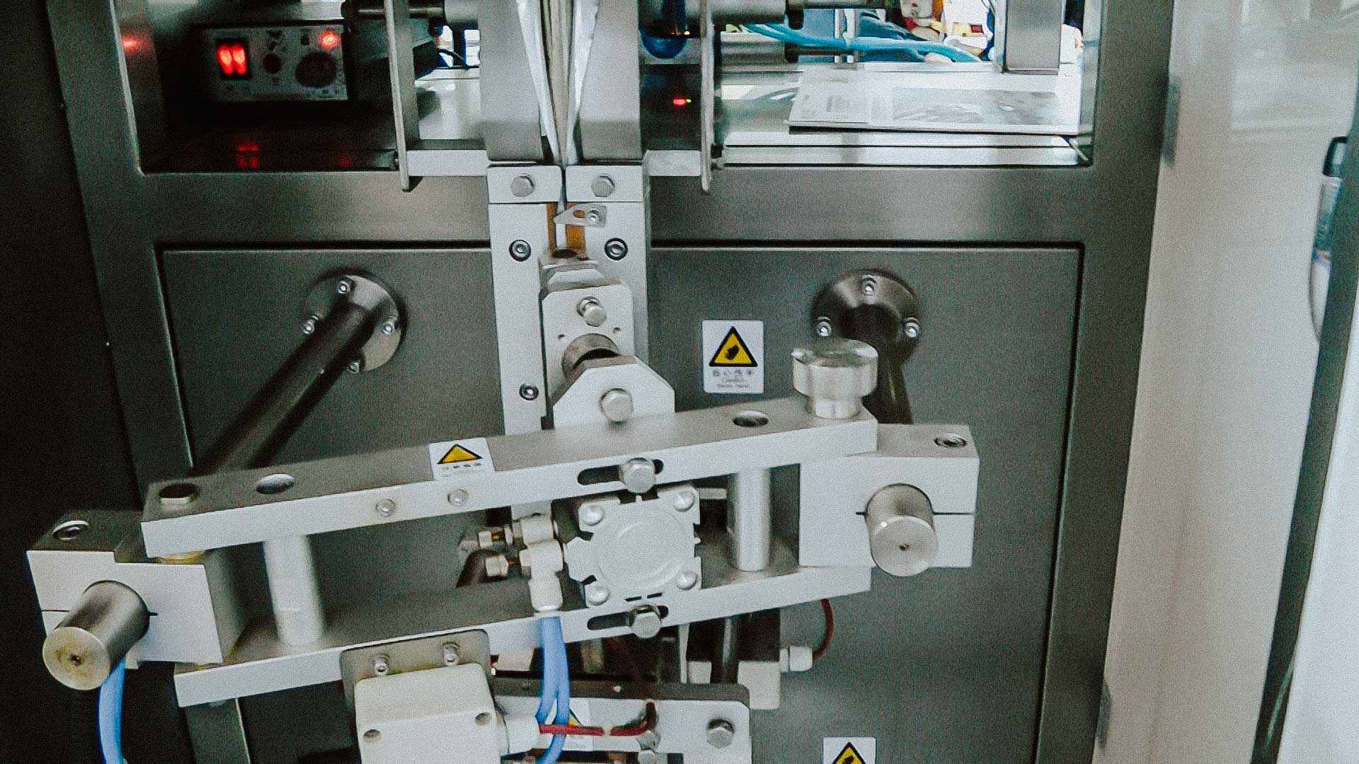 Automatic filling machine for dosing powder into packaging plastic stick bags
