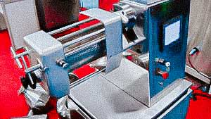 Automatic granulator wiping through the mesh powder to produce granules