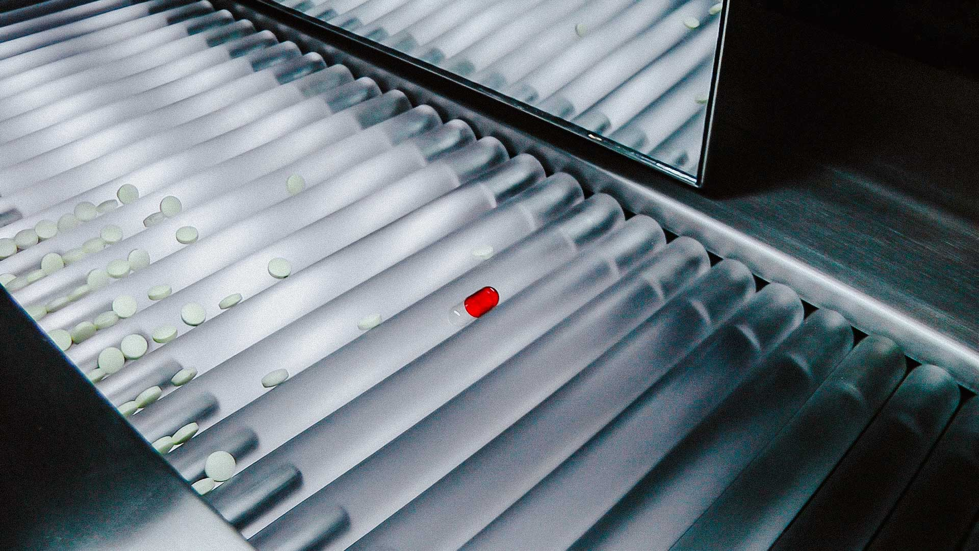 Automatic illuminated table for visual quality control of solid gelatin capsules and tablets