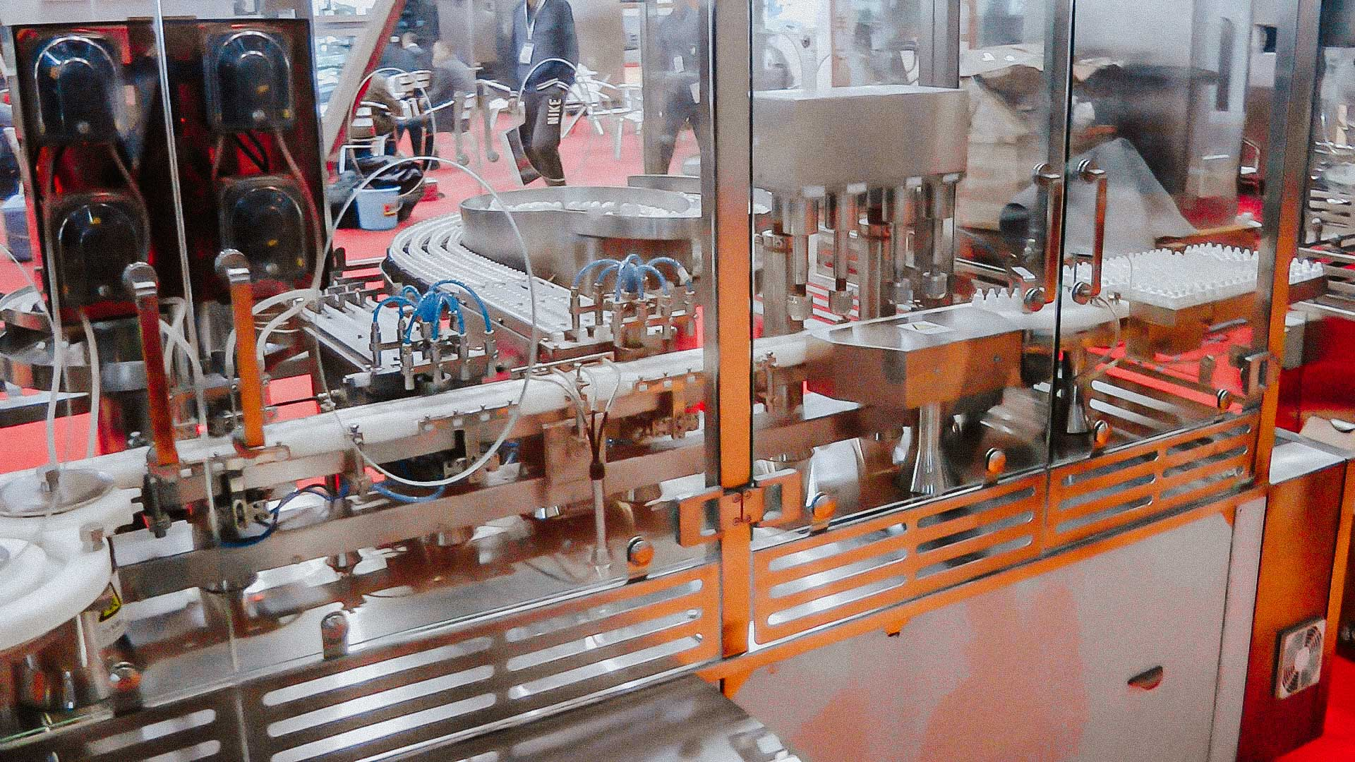 Automatic line for bottling and capping in plastic bottles with plastic cap