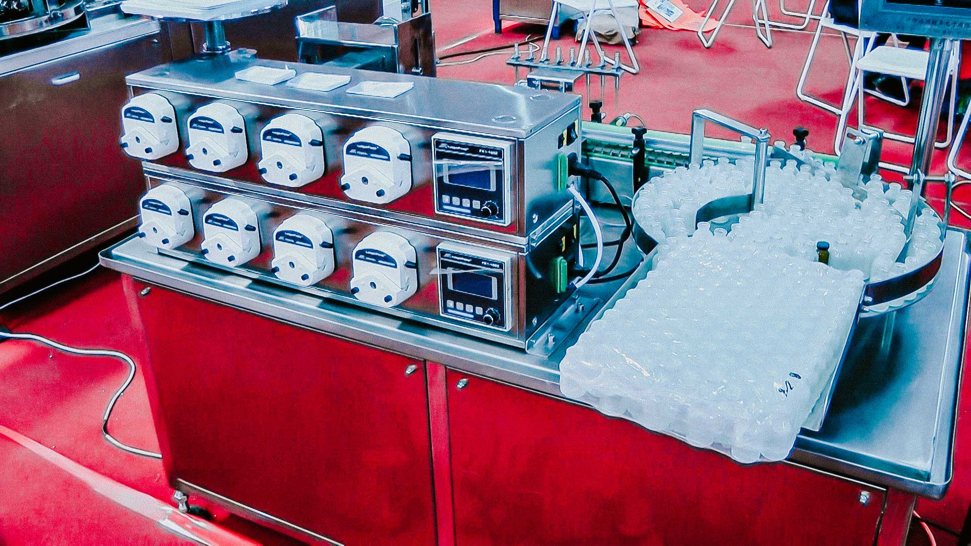 Automatic liquid filling machine for glass bottles with peristaltic pumps