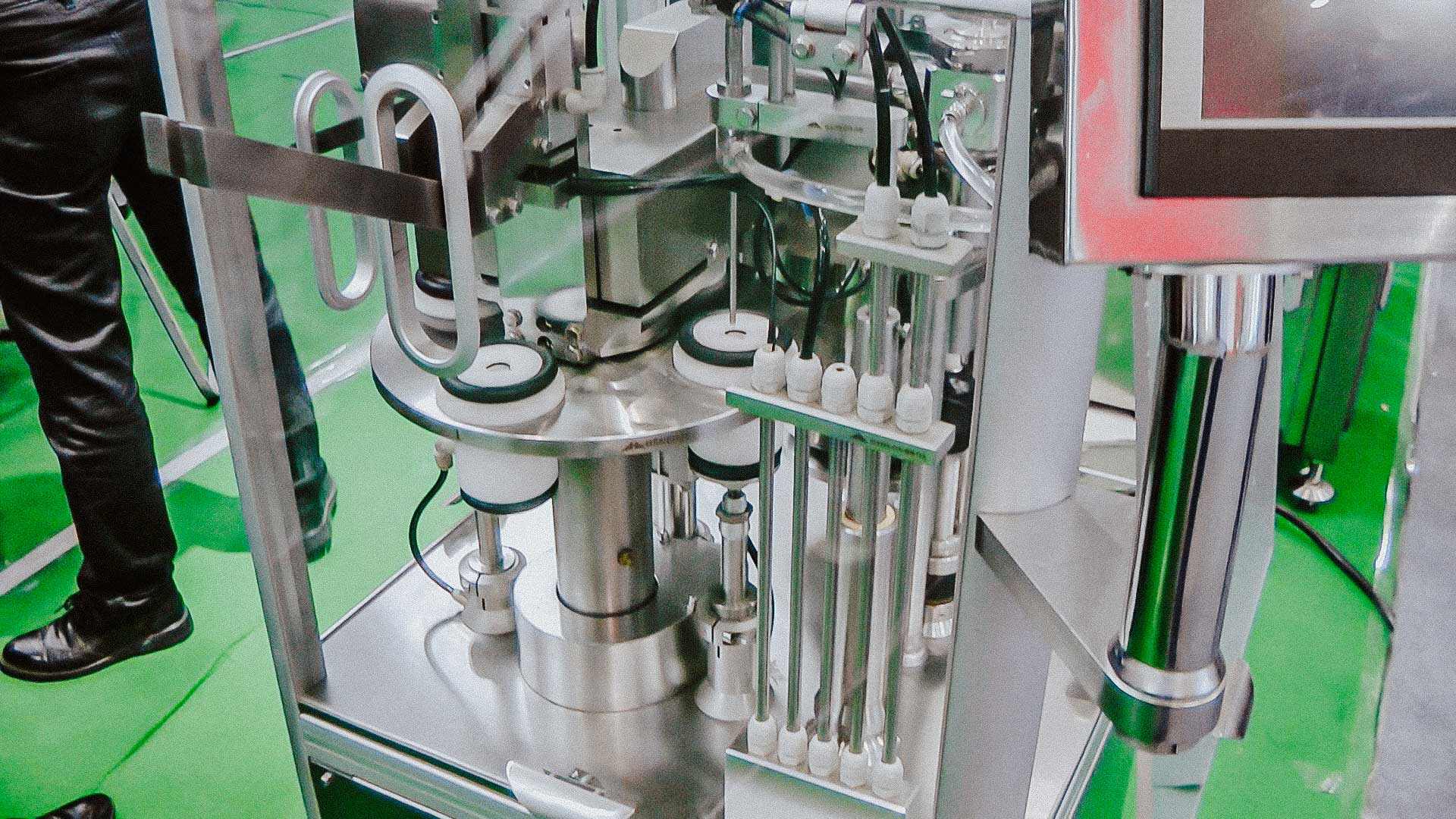 Automatic machine assembly and capping plastic syringes