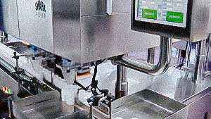 Automatic machine for filling hard gelatin capsules into plastic bottles