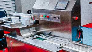 Automatic machine for packing glass ampoules in plastic containers of 10 pieces