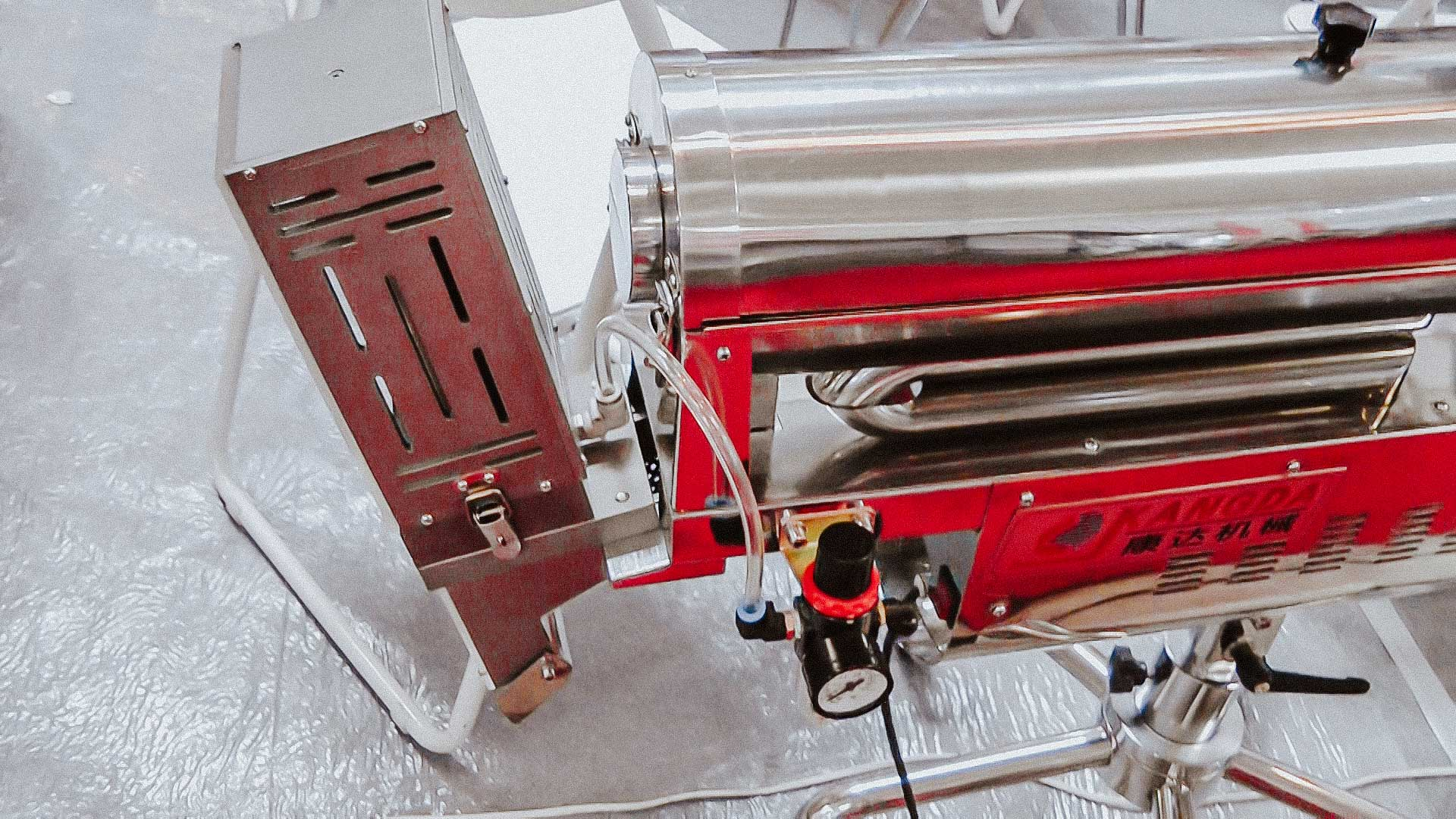 Automatic machine for polishing and dust removal from tablets and gelatin capsules with metal detector function