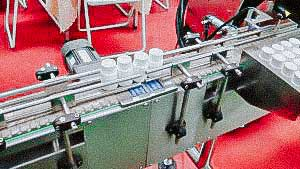 Automatic membrane induction welding machine on the neck of plastic bottle with conveyor belt