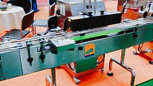 Automatic packaging line for tablets and capsules in plastic bottles capping and labeling