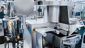 Automatic packaging machine for tablets and gelatin capsules in soft contour packaging