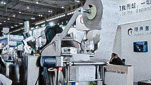 Automatic packing machine for packing powders and granules into pillow bags