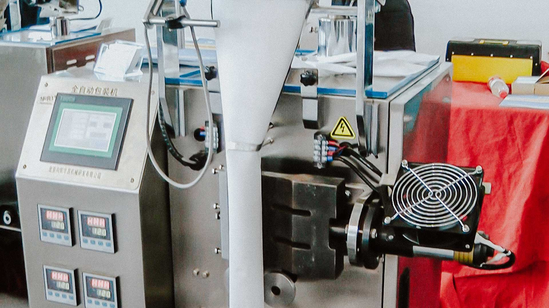 Automatic packing machine for packing powders and granules into pillow bags filter material