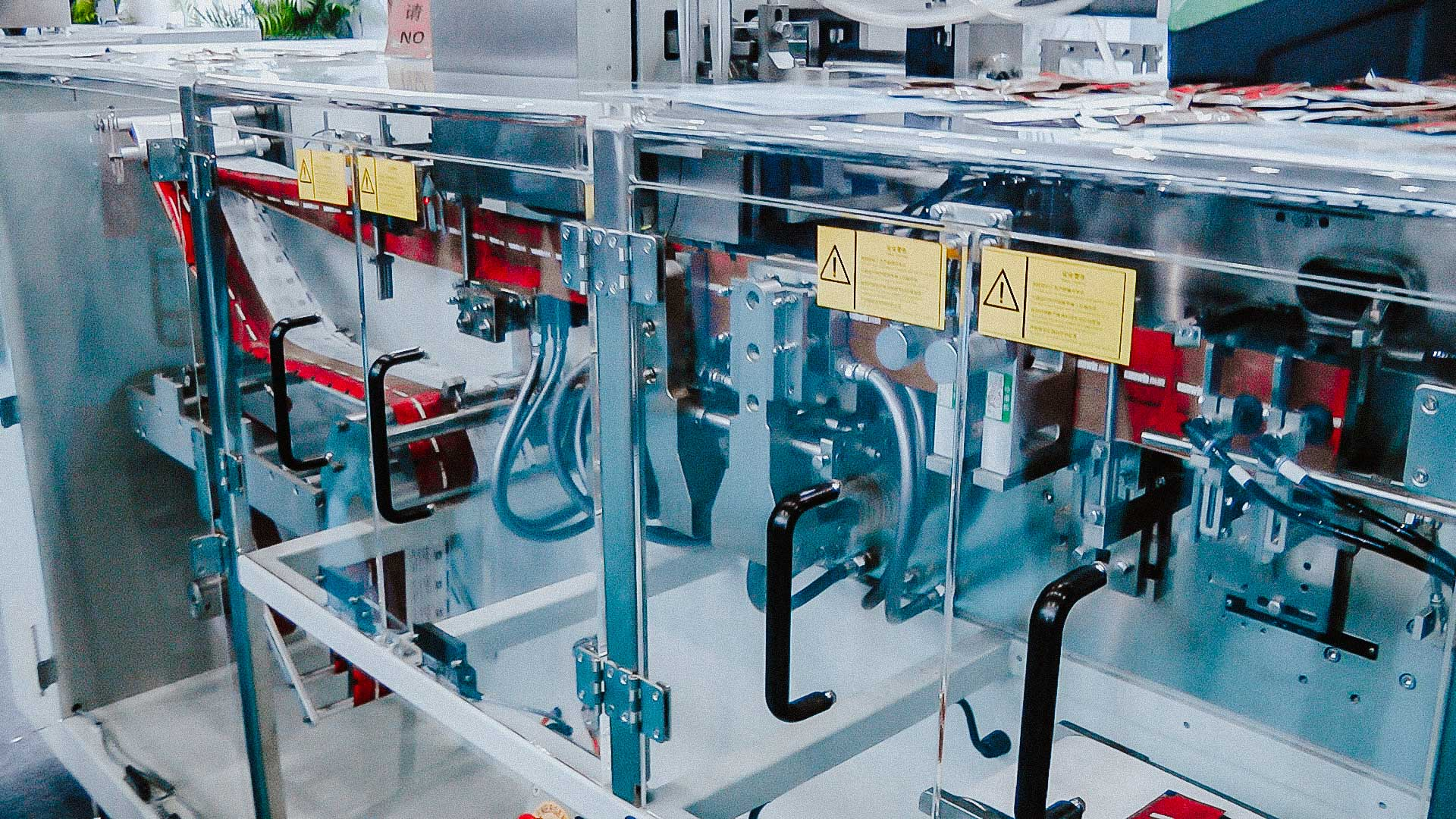 Automatic packing machine for packing powders in sachets bags for the production of medicines