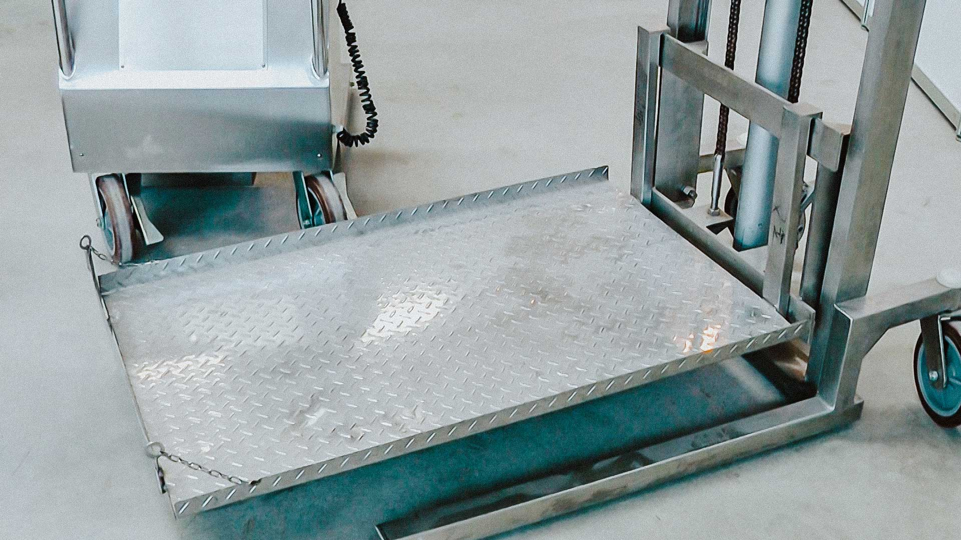 Automatic pick-up for powder containers in pharmaceutical factory