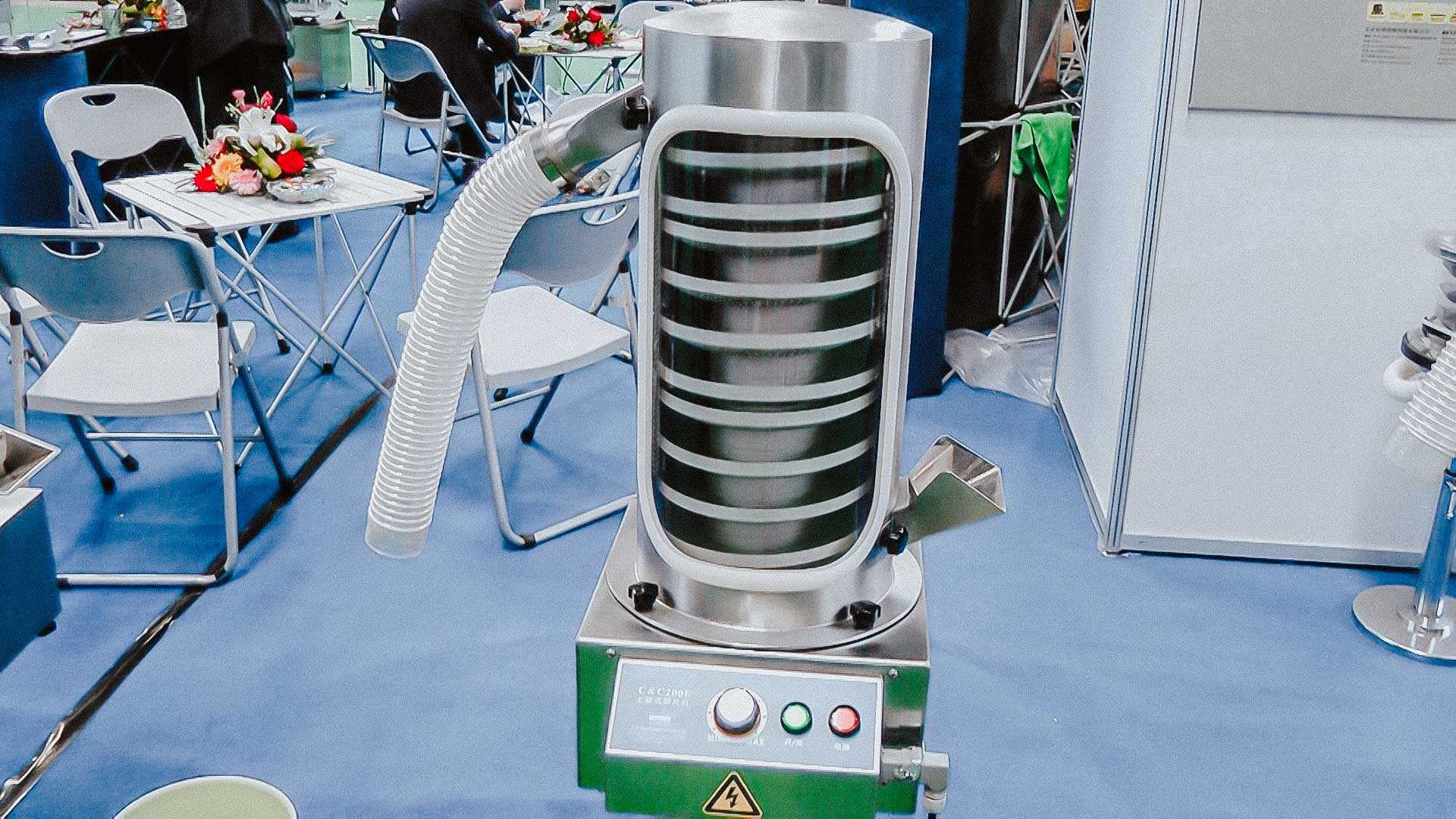 Automatic tablet dedusting machine with pharmaceutical vacuum cleaner