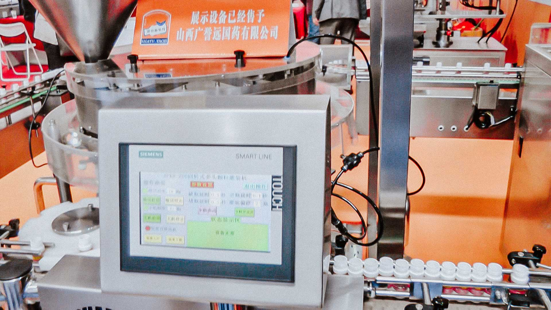 Automatic tablet filling line and plastic bottles and cap closure