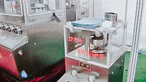 Automatic tablet press for pressing tablets from pharmaceutical and chemical raw materials