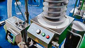 Automatic vibrating tablet lifting machine with automatic quality control in metal detector