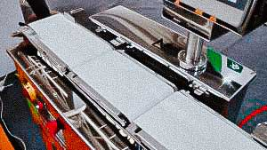 Conveyor scales for controlling the weight of drug packages in pharmaceutical production