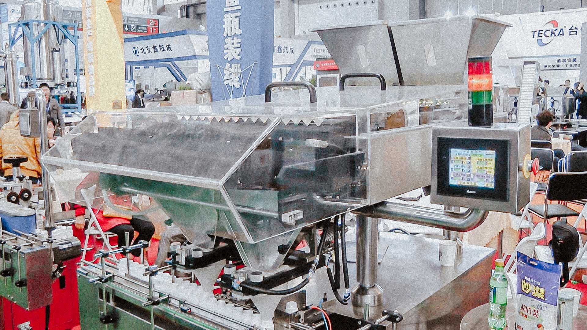 Counting and packing machine for packaging tablets and gelatin capsules in plastic bottles and capping caps