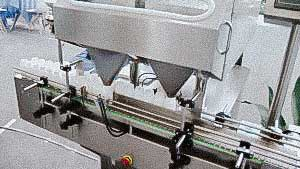 Counting filling machine for filling hard gelatin capsules into plastic bottles
