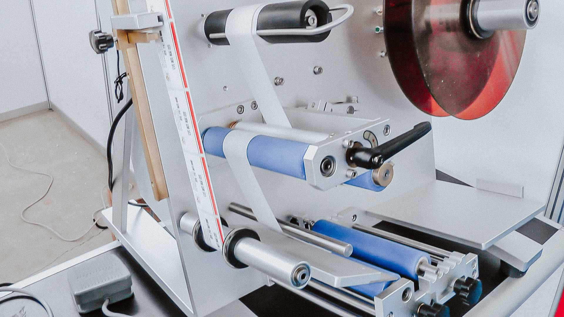 Desktop labeling machine for self-adhesive labels on plastic bottles with pharmacy products