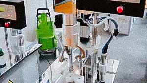 Desktop semi-automatic machine for screwing caps on plastic bottles