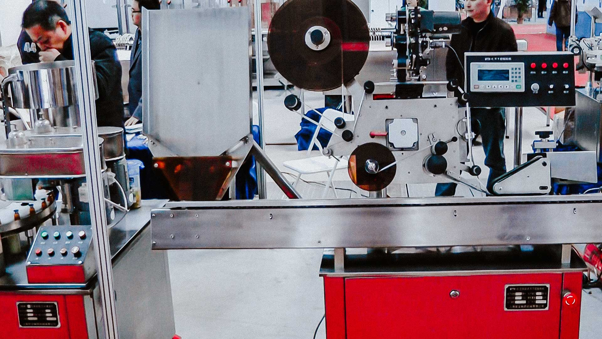 Equipment for self-adhesive labels on glass ampoules