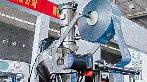 High speed automatic packing machine for packing powders and granules into pillow bags