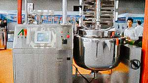 Homogenizer tank with blade system mixing liquid and powder for cream