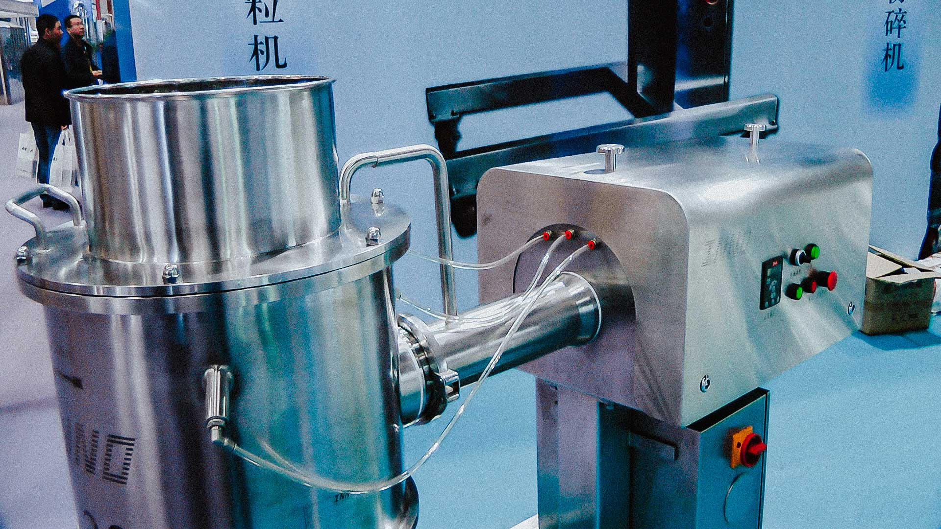 Pharmaceutical homogenizer for mixing powder and liquid into a plastic mass
