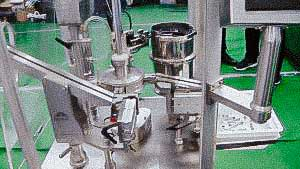 Vibrating automatic feeding system rubber plugs in vials closure machine