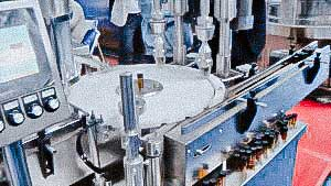 Vibrating feed empty caps for capping machine filling line