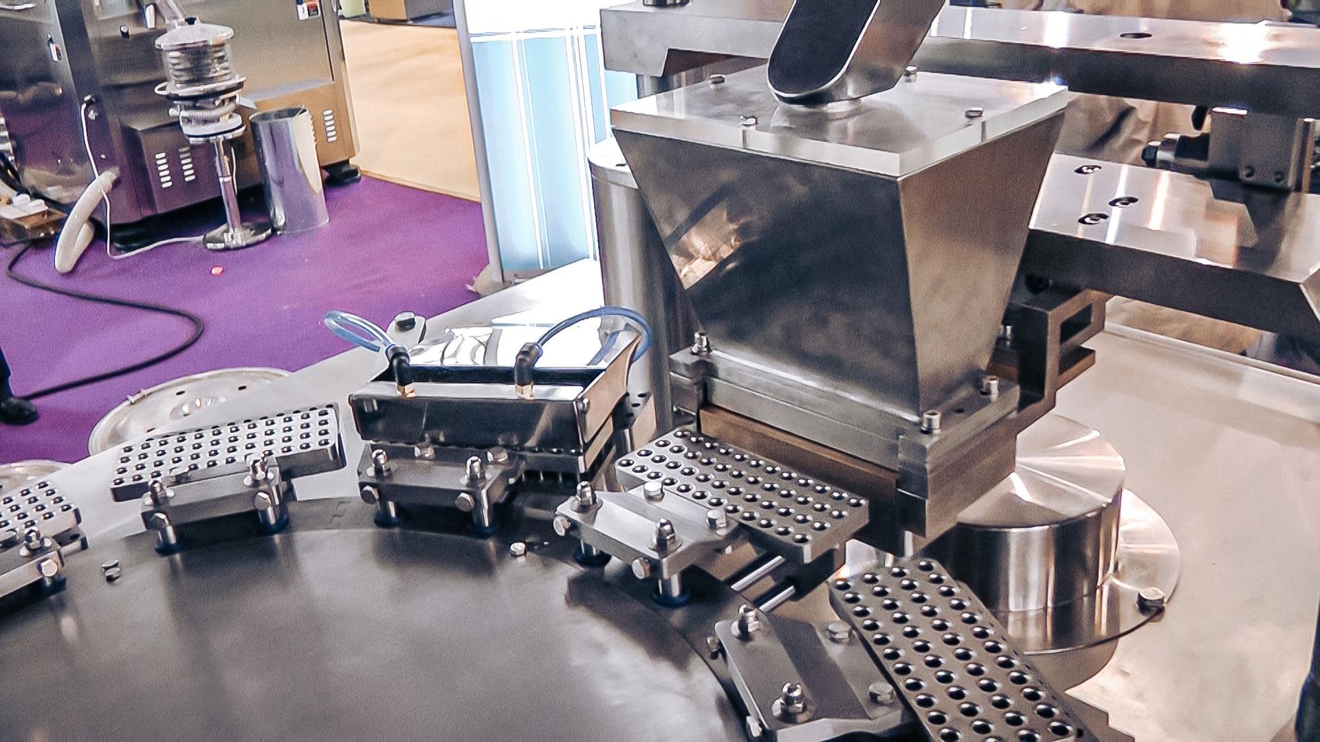 Automatic capsule equipment for hard gelatin capsules in pharmaceutical production
