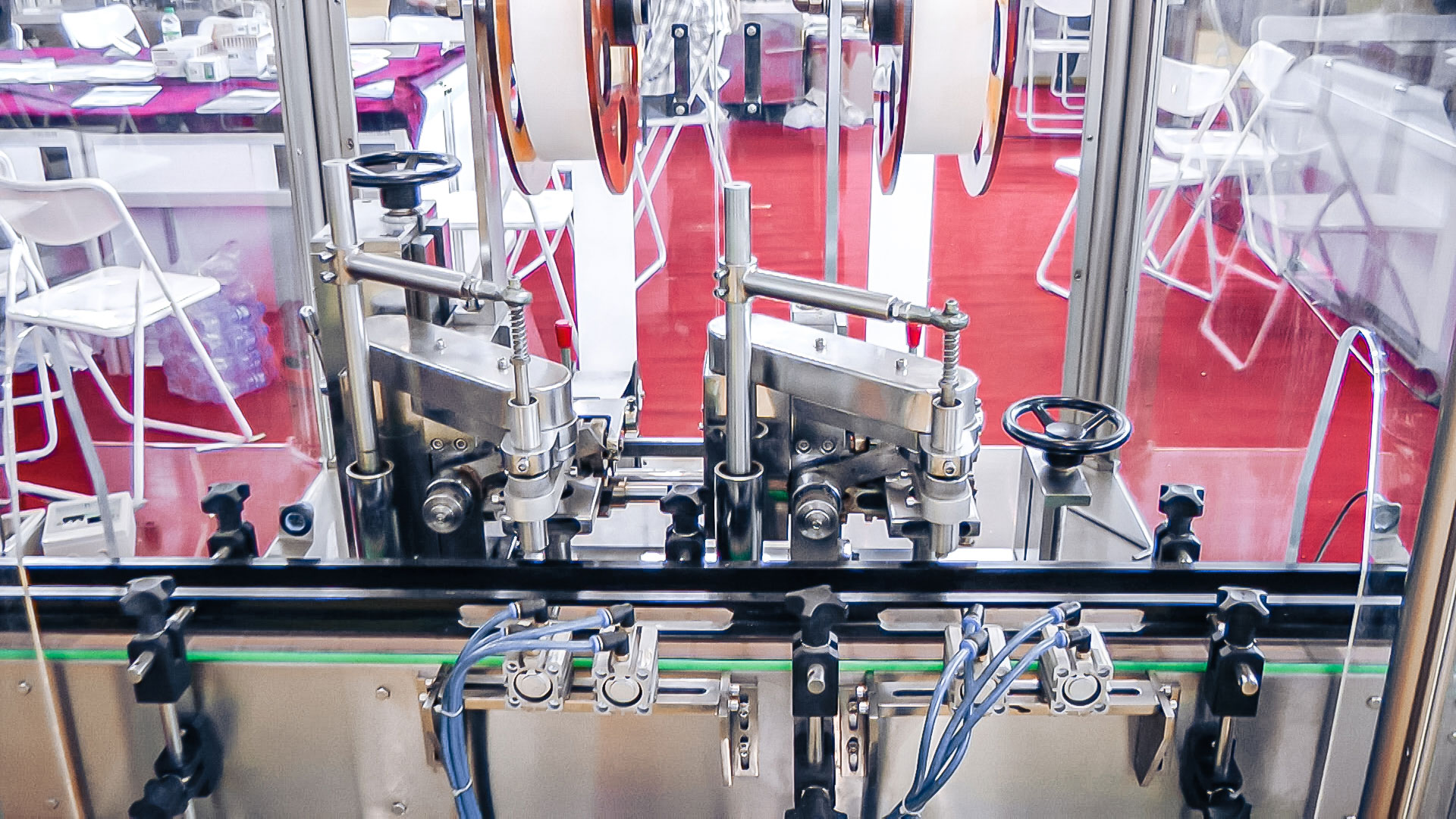 Automatic equipment for adding silicone gel into plastic bottle bag in pharmaceutical production