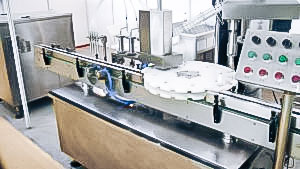 Automatic equipment for bottling and capping of bottles in pharmaceutical production