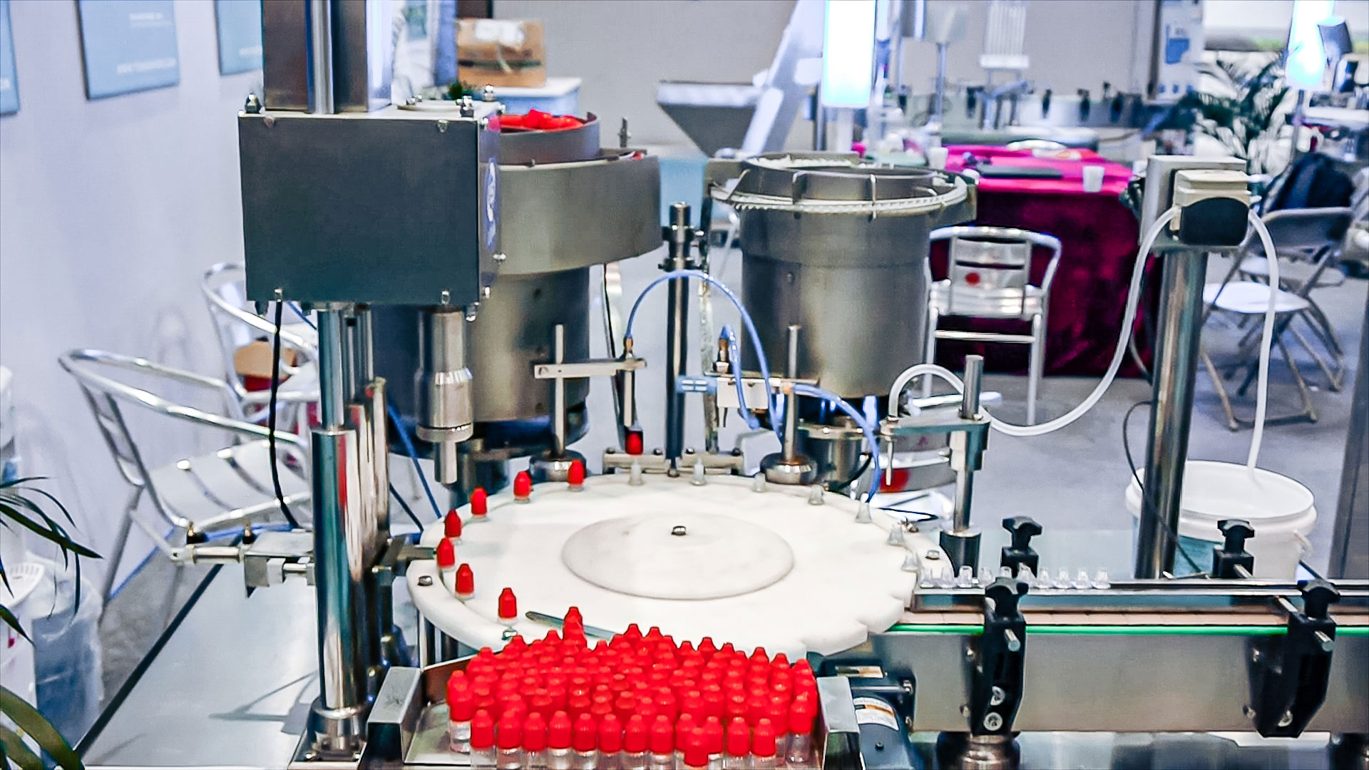 Automatic equipment for bottling and capping of plastic bottles and automatic feeding of bottles