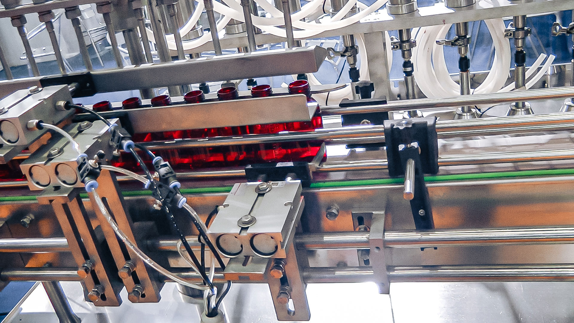 Automatic equipment for bottling and capping of plastic bottles with medicine
