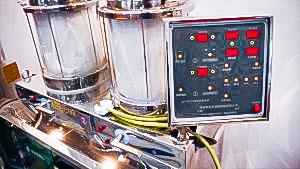 Automatic equipment for bottling liquid hot liquid into plastic bag