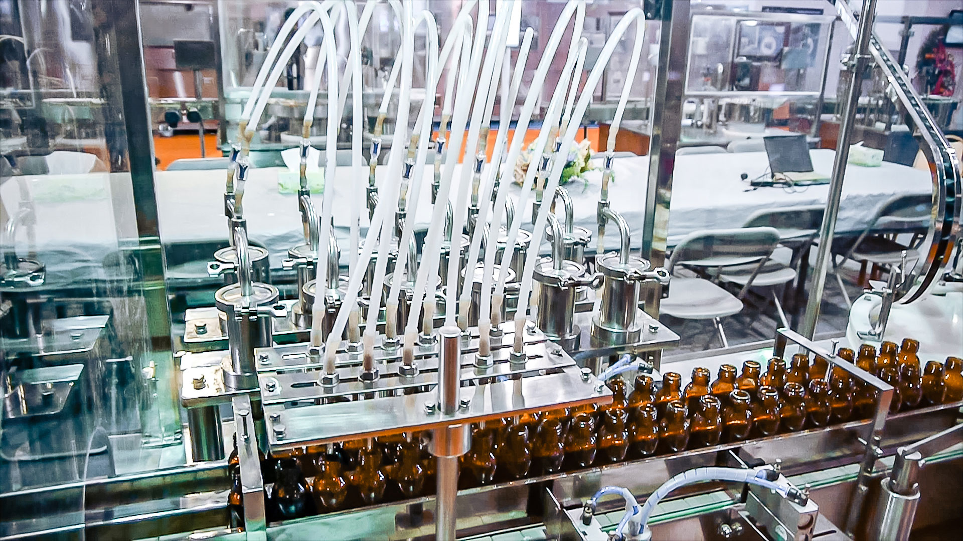 Automatic equipment for bottling medicine liquid in glass bottles and capping